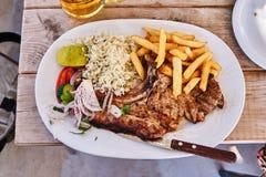 Το αρνί που ψήνεται στη σχάρα σε ένα ελληνικό taverna Στοκ Εικόνα