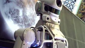 Το αρρενωπό ρομπότ γυρίζει το κεφάλι του Ανθρώπου-μηχανής επικοινωνία απόθεμα βίντεο