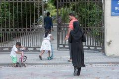 Το ΑΡΣΕΝΙΚΟ, ΜΑΛΔΊΒΕΣ - 13 ΦΕΒΡΟΥΑΡΙΟΥ, 2016 - άνθρωποι στην οδό πρίν εξισώνει προσεύχεται το χρόνο Στοκ φωτογραφία με δικαίωμα ελεύθερης χρήσης