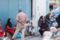 Το ΑΡΣΕΝΙΚΟ, ΜΑΛΔΊΒΕΣ - 13 ΦΕΒΡΟΥΑΡΙΟΥ, 2016 - άνθρωποι στην οδό πρίν εξισώνει προσεύχεται το χρόνο Στοκ Φωτογραφίες