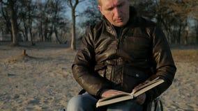 Το αρσενικό ακρωτηριάζει διαβάζει τη Βίβλο, πίστη στο Θεό, πίστη στο μέλλον, καρέκλα ροδών, άτομο απόθεμα βίντεο