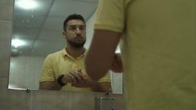 Το αρσενικό πλύσιμο παραδίδει το λουτρό απόθεμα βίντεο