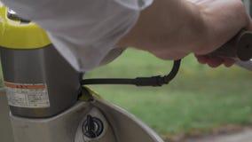 Το αρσενικό χέρι θέτει σε λειτουργία ένα μηχανικό δίκυκλο φιλμ μικρού μήκους