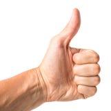 Το αρσενικό χέρι που παρουσιάζει αντίχειρες υπογράφει επάνω στο άσπρο κλίμα στοκ εικόνα