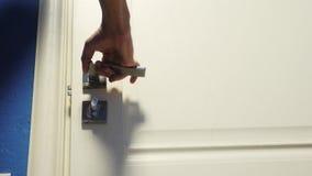 Το αρσενικό χέρι τρόπου ζωής ατόμων ανοίγει την πόρτα από το δωμάτιο Ταξίδι έννοιας ξενοδοχειακού καταλύματος το άτομο ανοίγει τη απόθεμα βίντεο