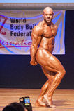 Το αρσενικό bodybuilder λυγίζει τους μυς του για να παρουσιάσει διάπλασή του Στοκ Εικόνα