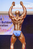 Το αρσενικό bodybuilder λυγίζει τους μυς του και παρουσιάζει καλύτερη διάπλασή του Στοκ Φωτογραφία