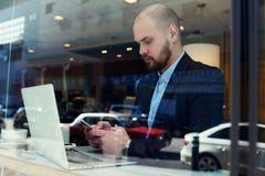 Το αρσενικό CEO κουβεντιάζει στο τηλέφωνο κυττάρων Στοκ Φωτογραφία
