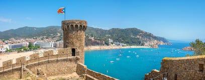 Το αρχαίες φρούριο και η παραλία σε Tossa de χαλούν Κόστα Μπράβα, Catalon Στοκ εικόνες με δικαίωμα ελεύθερης χρήσης
