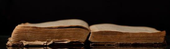 Το αρχαίο ανοικτό βιβλίο Στοκ φωτογραφίες με δικαίωμα ελεύθερης χρήσης
