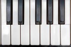 Το αρχαίο ελεφαντόδοντο πιάνων κλειδώνει κοντά επάνω στοκ εικόνα με δικαίωμα ελεύθερης χρήσης