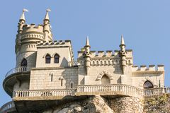 Το αρχαίο κάστρο καταπίνει τη φωλιά Στοκ Εικόνες