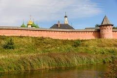 Το αρχαίο μοναστήρι πίσω από έναν υψηλό τοίχο στο Σούζνταλ Ιστορικές θέες της Ρωσίας στοκ εικόνα