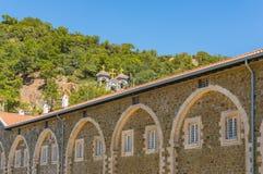 Το αρχαίο μοναστήρι Kykkos είναι η κύρια λάρνακα της Κύπρου Ο πύργος κουδουνιών πετρών που βρίσκεται στη βουνοπλαγιά πέρα από το  στοκ εικόνα