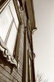 Το αρχαίο ξύλινο διώροφο σπίτι Στοκ φωτογραφία με δικαίωμα ελεύθερης χρήσης