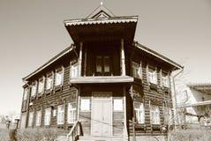 Το αρχαίο ξύλινο διώροφο σπίτι Στοκ Φωτογραφίες