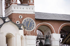 Το αρχαίο ρολόι στον τοίχο της εκκλησίας, πόλη Σούζνταλ, χρυσό δαχτυλίδι της Ρωσίας Στοκ Εικόνες