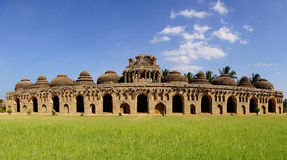 το αρχαίο hampi Ινδία ελεφάντων καταστρέφει τους σταύλους στοκ εικόνα