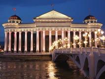 Το αρχαιολογικό μουσείο των Σκόπια τή νύχτα Στοκ εικόνες με δικαίωμα ελεύθερης χρήσης