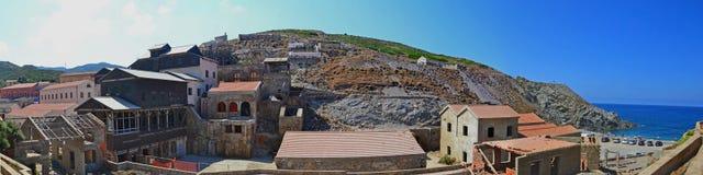 Το ασημένιο ορυχείο παραμένει και παραλία - Argentiera, Σαρδηνία, Ιταλία Στοκ εικόνα με δικαίωμα ελεύθερης χρήσης