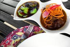Το ασιατικά πιάτο & τα λαχανικά βόειου κρέατος που τίθενται το γεύμα Στοκ Εικόνα