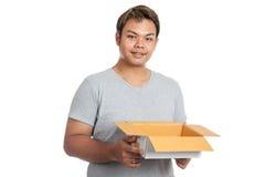 Το ασιατικό άτομο κρατά ένα ανοικτά κιβώτιο και ένα χαμόγελο Στοκ Φωτογραφίες