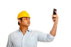 Το ασιατικό άτομο μηχανικών κρατά μια αναζήτηση κινητών τηλεφώνων των SIG Στοκ φωτογραφία με δικαίωμα ελεύθερης χρήσης