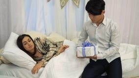 Το ασιατικό αγόρι κάνει μια έκπληξη για τη φίλη του την ημέρα βαλεντίνων ` s ενώ κοιμάται απόθεμα βίντεο