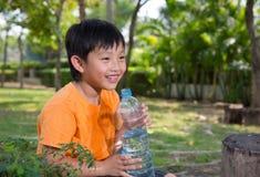 Το ασιατικό αγόρι πίνει το νερό Στοκ φωτογραφία με δικαίωμα ελεύθερης χρήσης