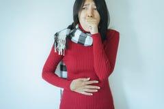 Το ασιατικό βήξιμο γυναικών με τον επώδυνο λαιμό, θηλυκό που υφίσταται με το βήχα πολύ στην κρεβατοκάμαρα, αντιγράφει το διαστημι στοκ εικόνες με δικαίωμα ελεύθερης χρήσης