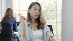 Το ασιατικό δημιουργικό 'brainstorming' επιχειρησιακών γυναικών για δημιουργεί την εργασία στην αρχή, θηλυκό που εργάζεται μαζί σ απόθεμα βίντεο