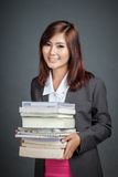 Το ασιατικό επιχειρησιακό κορίτσι κρατά πολλά βιβλία Στοκ Φωτογραφίες