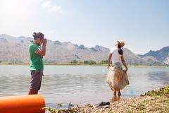Το ασιατικό ζεύγος είναι ευτυχία με τη φύση και απολαμβάνει τη φωτογραφία, ευτυχείς άνθρωποι στοκ εικόνες με δικαίωμα ελεύθερης χρήσης