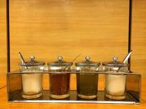 Το ασιατικό καρύκευμα νουντλς έθεσε - ζάχαρη, ξίδι τσίλι και δύναμη τσίλι στο εστιατόριο Στοκ εικόνα με δικαίωμα ελεύθερης χρήσης