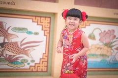 Το ασιατικό κινεζικό κορίτσι στο παραδοσιακό κινέζικο κρατά το κόκκινο έγγραφο lant Στοκ Φωτογραφία