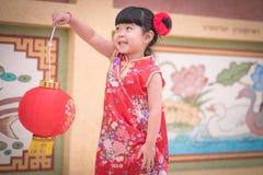 Το ασιατικό κινεζικό κορίτσι στο παραδοσιακό κινέζικο κρατά το κόκκινο έγγραφο lant Στοκ εικόνα με δικαίωμα ελεύθερης χρήσης