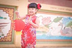 Το ασιατικό κινεζικό κορίτσι στο παραδοσιακό κινέζικο κρατά το κόκκινο έγγραφο lant Στοκ φωτογραφία με δικαίωμα ελεύθερης χρήσης