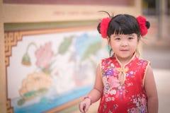 Το ασιατικό κινεζικό κορίτσι στο παραδοσιακό κινέζικο κρατά το κόκκινο έγγραφο lant Στοκ Φωτογραφίες