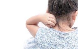 Το ασιατικό κορίτσι γρατσουνίζει φαγουρίζει με το χέρι που απομονώνεται Στοκ Εικόνες