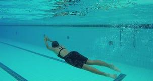 Το ασιατικό κορίτσι κολυμπά την ελεύθερη κολύμβηση και πέφτει τις στροφές απόθεμα βίντεο