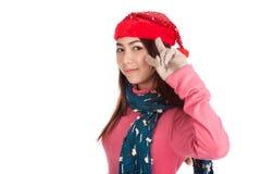 Το ασιατικό κορίτσι με το κόκκινο καπέλο Χριστουγέννων παρουσιάζει δύο δάχτυλα Στοκ Εικόνες