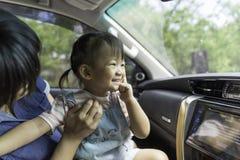 Το ασιατικό κορίτσι παιδιών είναι ευτυχία στο αυτοκίνητο στοκ φωτογραφίες με δικαίωμα ελεύθερης χρήσης