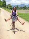 Το ασιατικό κορίτσι πηγαίνει σε ένα ποδήλατο Στοκ Φωτογραφία