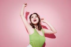 Το ασιατικό κορίτσι τρόπου ζωής αρκετά που έχει τη διασκέδαση, ακούει μουσική στο ροζ με Στοκ εικόνα με δικαίωμα ελεύθερης χρήσης