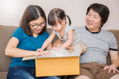 Το ασιατικό οικογενειακό κινούμενο σπίτι ανοίγει το κιβώτιο από κοινού στοκ εικόνα με δικαίωμα ελεύθερης χρήσης