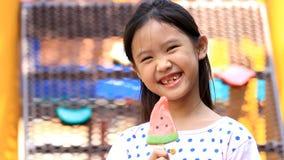 Το ασιατικό παιδί απολαμβάνει με το παγωτό απόθεμα βίντεο