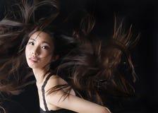Το ασιατικό πρότυπο ομορφιάς παρουσιάζει όμορφη τρίχα στοκ εικόνες