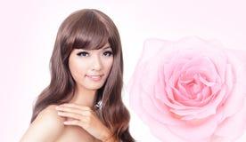 το ασιατικό ροζ προσώπου ομορφιάς αυξήθηκε χαμόγελο Στοκ Εικόνες