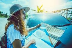 Το ασιατικό ταξίδι γυναικών χαλαρώνει στις διακοπές προσέξτε το χάρτη Εξερευνήστε τη διαδρομή αυτοκινήτων στον τουρισμό στοκ φωτογραφίες
