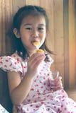 Το ασιατικό χαμόγελο παιδιών και απολαμβάνει το πασπαλισμένο με ψίχουλα τυρί s μοτσαρελών Στοκ εικόνα με δικαίωμα ελεύθερης χρήσης